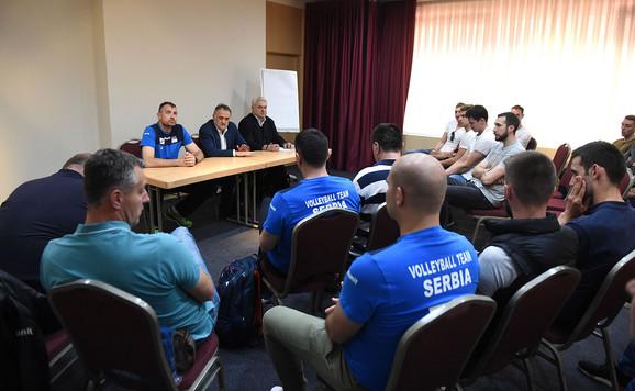 Odbojkaška reprezentacija Srbije na sastanku sa selektorm Grbićem i predsednikom saveza Gajićem