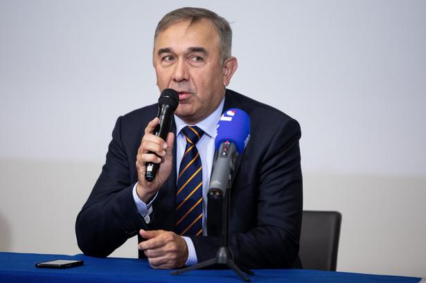 Senator Prawa i Sprawiedliwosci , dr n. med. Grzegorz Czelej podczas konferencji prasowej '' Start produkcji leku na COVID - 19 '' na temat rozpoczecia produkcji leku na koronawirusa .