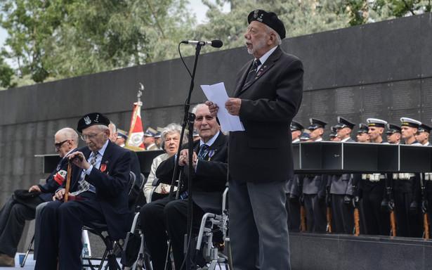 Wiceprezes Związku Powstańców Warszawy Zbigniew Galperyn przemawia podczas spotkania z powstańcami w Parku Wolności przy Muzeum Powstania Warszawskiego.