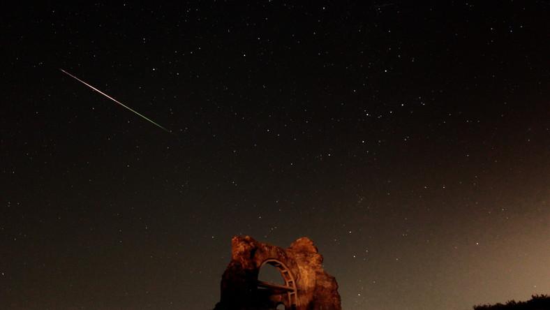 Co roku w okresie wakacyjnym mamy okazję zobaczyć na nocnym niebie prawdziwy deszcz spadających gwiazd. Rój meteorów widocznych w tym okresie nazywany jest Perseidami. Dzięki długiemu czasowi naświetlania na zdjęciu widać smugę zostawioną przez meteoryt spadający nad ruinami bizantyjskiej bazyliki w miejscowości Perushtitsa, w Bułgarii.