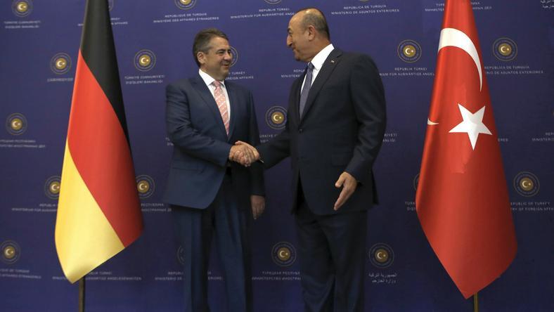 Minister spraw zagranicznych Niemiec Sigmar Gabriel i szef MSZ Turcji Mevlut Cavusoglu