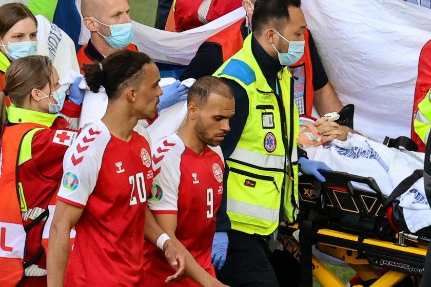 Zawodnik reprezentacji Danii Christian Eriksen przez nikogo nieatakowany upadł na murawę.