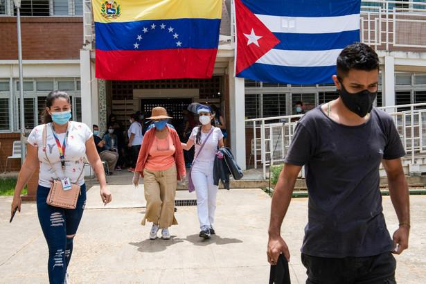 Flagi Wenezueli i Kuby w punkcie szczepień w Ciudad Tiuna obok Caracas, Wenezuela. 1.07.2021