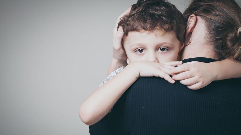 Matka przytula dziecko
