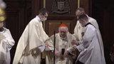 Przejmujące nagranie z nabożeństwa. Kardynał Nycz trafił po mszy do szpitala. Wierni modlą się o jego zdrowie