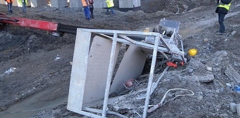 Robotnicy spadli z platformy dźwigu
