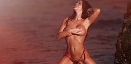Gorąca sesja na plaży. Ona wie, jak podnieść temperaturę!