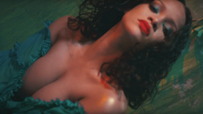 Rihanna eksponuje biust w nowym teledysku