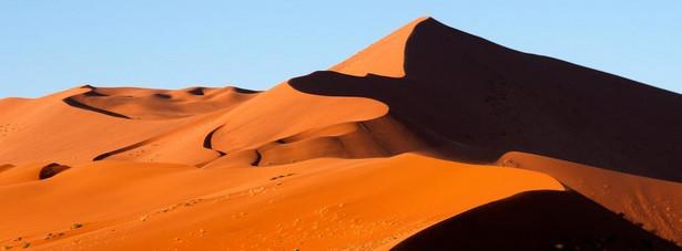 """Pustynia Namib położona jest głównie w Namibii, w południowo-zachodniej Afryce na wybrzeżu Atlantyku. Rozpoczyna się na terenie Angoli i rozciąga wzdłuż całego wybrzeża Namibii, tj. od ujścia rzeki Kunene na granicy z Angolą na północy po ujście rzeki Oranje na południu, na granicy z RPA. Namib w języku nama oznacza """"olbrzymi"""", a w innym tłumaczeniu """"miejsce gdzie nic nie ma""""."""