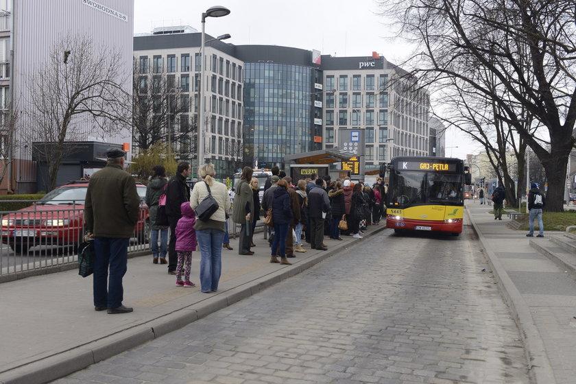 Dlaczego autobusy i tramwaje odjeżdzają z przystanków przed czasem?