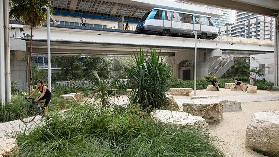 Park linearny w Miami. Powstał pod estakadą kolei metra!