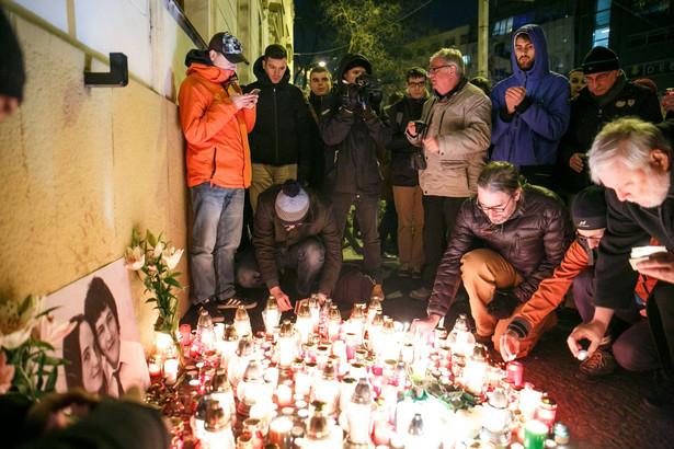 Świece przy ścianie domu, w którym mieszkał Kuciak
