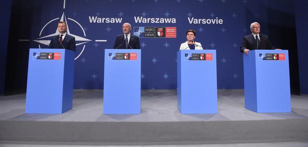 Minister spraw wewnętrznych i administracji Mariusz Błaszczak, minister obrony narodowej Antoni Macierewicz, premier Beata Szydło i minister spraw zagranicznych Witold Waszczykowski, podczas konferencji prasowej po szczycie NATO