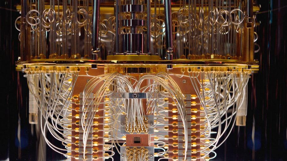 Kubity komputera kwantowego przygotowane do zanurzenia w kriostacie (komorze bardzo niskich temperatur).