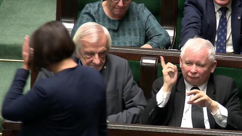Jarosław Kaczyński grozi palcem posłance Annie Marii Siarkowskiej
