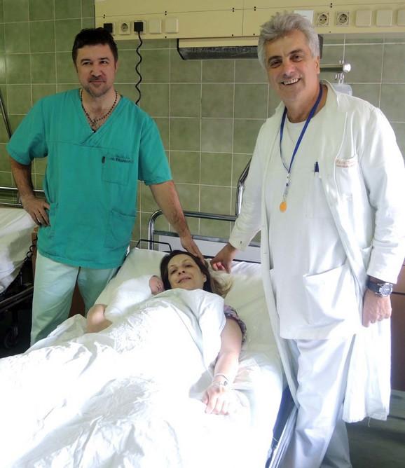 Doktori Tripković i Marković sa porodiljom Kristinom i bebom