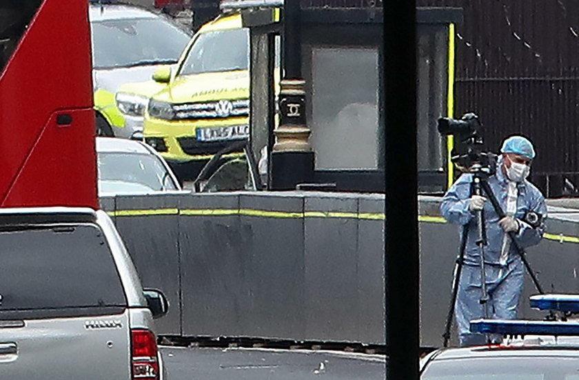 Samochód wjechał w barierki parlamentu. Są ranni