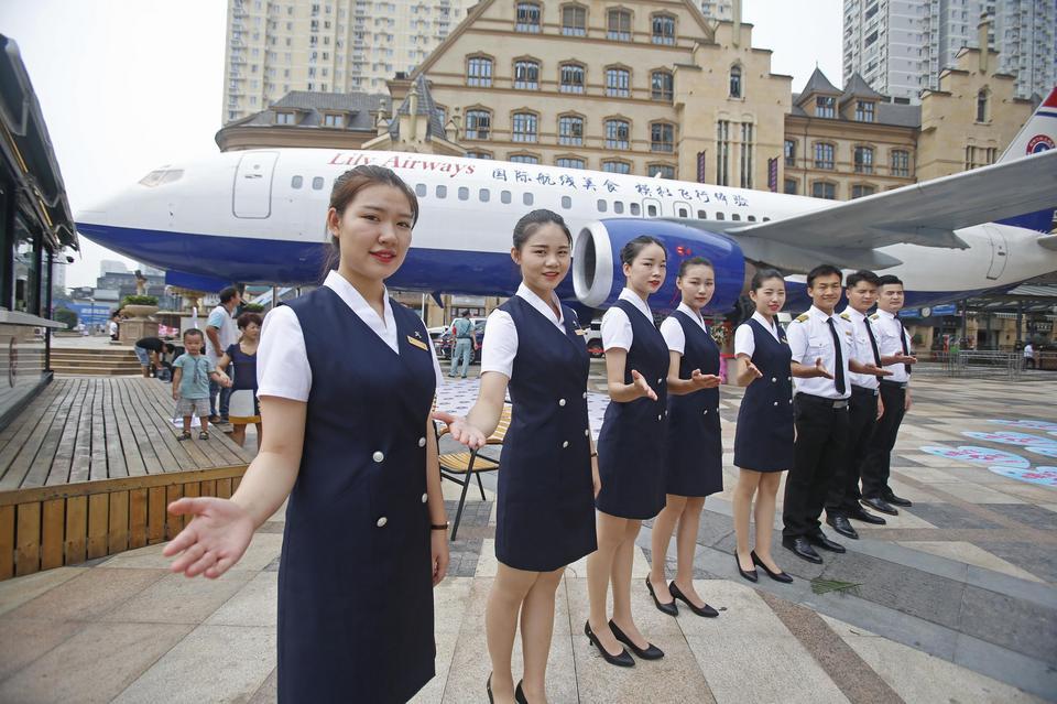 """W """"Lily Airways"""" atmosfera rodem z pokładu utrzymywana jest już od wejścia. Obsługa kelnerska ubrana jest w mundury stewardess i stewardów."""