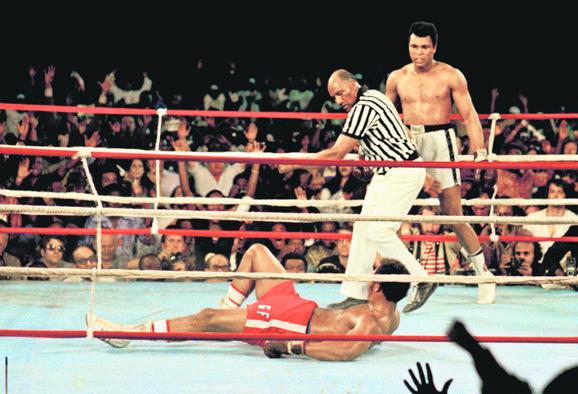 Muhamed Ali gleda Džoa Frejzera (na podu) nakon još jednog strahovitog udarca