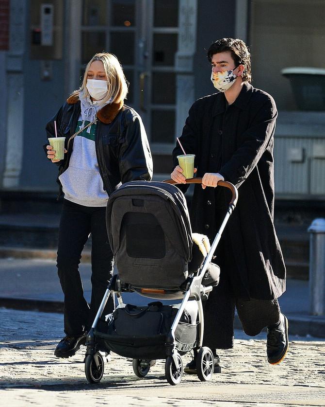 Nova paparaco fotografija: Kloi Sevinji i Siniša Mačković sa sinom Vanjom u Njujorku