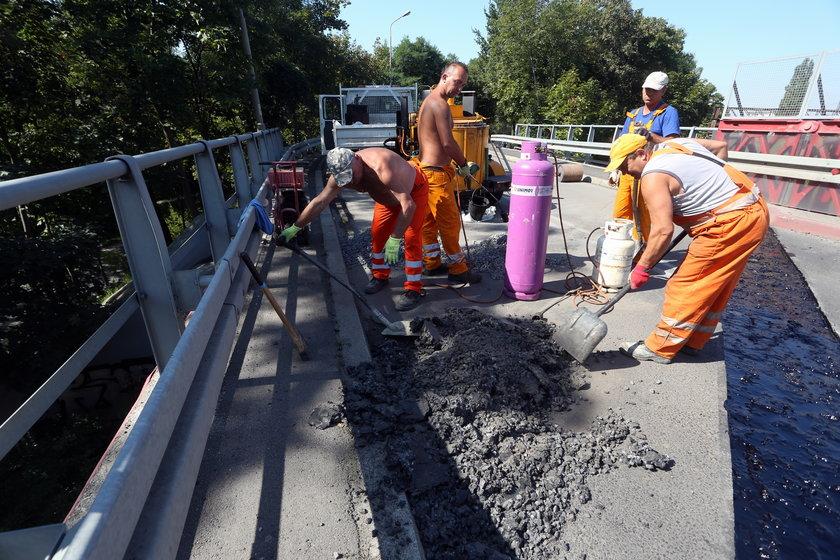 Pracujący na wiadukcie robotnicy