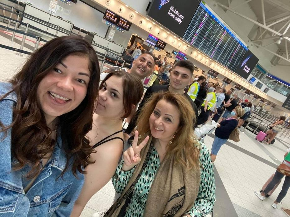 Virágot az egész család (elöl Evelin, jobbra Bea, hátul Győző és Krisztián) kikísérte a repülőtérre /Fotó: Instagram