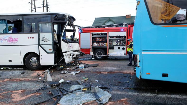 Do zdarzenia doszło na DK 74 w okolicach Ruśca w pow. bełchatowskim. Jeden z autokarów, którym wracała szkolna wycieczka, najechał w tył drugiego, również przewożącego dzieci. Łącznie podróżowało nimi kilkadziesiąt dzieci.