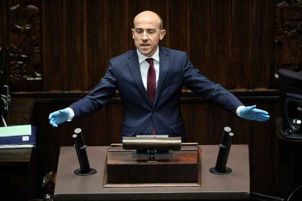 Premier obiecywał 212 mld zł, a w budżecie tylko 10 mld. To są wirtualne pieniądze, to jest wirtualny premier, to są wirtualne obietnice - mówił Budka