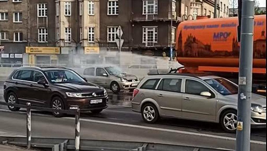 Samochód MPO gasi płonący samochód