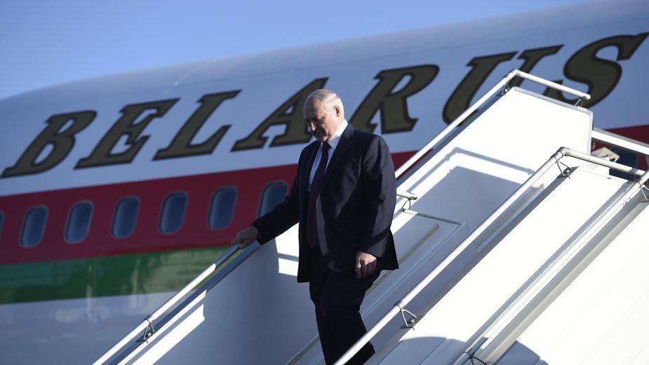 Łukaszenko wysiadający ze swojego samolotu