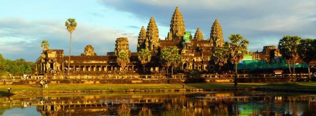 Siem Reap - to miasto jest coraz bardziej popularne ze względu na sąsiadujące z nim ruiny świątyni Angkor. Te starożytne budowle stanowią część jednego z największych kompleksów świątynnych na świecie.