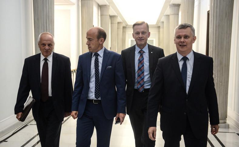 Posłowie PO Stefan Niesiołowski, wiceprzewodniczący PO Borys Budka, Paweł Suski, wiceprzewodniczący PO Tomasz Siemoniak, podczas posiedzenia sejmowej Komisji Obrony Narodowej