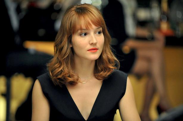 Nowa dziewczyna, reż. François Ozon Claire i Laura to najlepsze przyjaciółki od dzieciństwa. Są nierozłączne i dzielą ze sobą wszystkie najważniejsze momenty życia. Pewnego dnia Laura zapada na ciężką chorobę i wkrótce potem umiera. Claire popada w depresję. Chcąc sobie poradzić ze stratą, zaczyna pomagać Davidowi – mężowi przyjaciółki, który samotnie wychowuje niemowlę. Kobieta nie wie jednak, że mężczyzna ukrywa przed światem mroczny sekret. Podczas niezapowiedzianej wizyty w domu Laury i Davida, Claire natyka się na tajemniczą Virginię. Nowa dziewczyna ma na sobie ubrania Laury, a w jej twarzy jest coś niepokojąco znajomego. [opis dystrybutora]