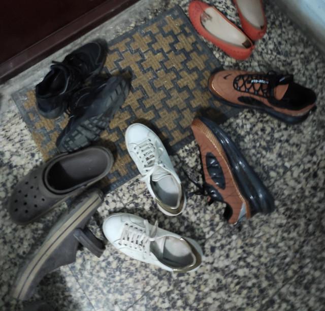 Cipele ispred vrata