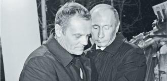 10 kwietnia, godz. 21.30, Smoleńsk. Premier Donald Tusk na miejscu katastrofy modli się i składa kwiaty. Premier Rosji Władimir Putin obejmuje go w braterskim geście Fot. Reuters/Forum