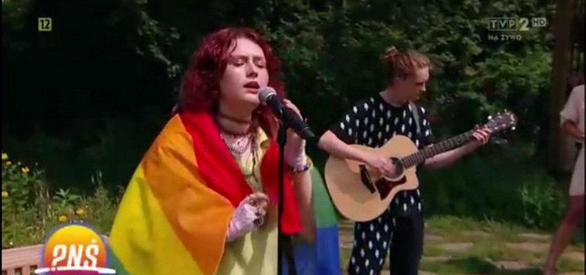 """Tęczowa flaga i wsparcie dla środowisk LGBT w """"Pytaniu na śniadanie"""" w TVP. Wokalistka wprawiła prowadzących w osłupienie"""