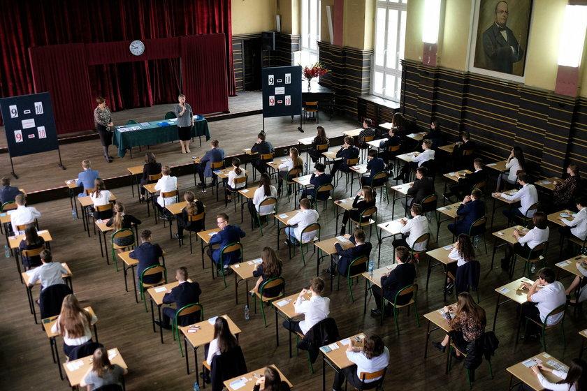 Uczniowie III klas gimnazjum rozwiązywali zadania z języka polskiego