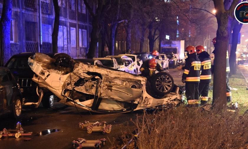 Groza na jednej z głównych ulic Warszawy. Auto dachowało