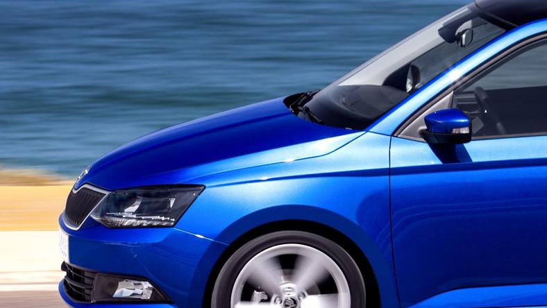 Czeski producent aż do 2015 roku planuje wprowadzanie nowego lub zmodernizowanego samochodu średnio co sześć miesięcy. W efekcie odmłodzona gama modelowa ma w 2018 roku przynieść wynik półtora miliona sprzedanych samochodów. Jednym z koni pociągowych w tej machinie do zarabiania pieniędzy ma być właśnie nowa skoda fabia. Przypominamy, że pierwsza skoda fabia zadebiutowała w 1999 roku i była produkowana do 2006 roku - w tym czasie kierowcy kupili 1,8 mln sztuk tego auta. W 2006 roku na drogi wyjechała druga generacja - do dziś Czechom udało się sprzedać ok. 1,7 mln egzemplarzy fabii. Łącznie na całym świecie Skoda sprzedała ok. 3,5 mln sztuk obu generacji. W tej liczbie jest poważna część odmiany kombi. O tym jak ważna w ofercie czeskiej marki jest fabia z plecakiem może świadczyć fakt, że wersja nowa generacja kombi pojawi się razem z hatchbackiem już za kilka dni. Oto szczegóły…