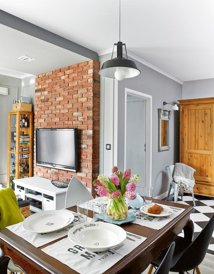 MOCNE WZORY: spokojne szarości ożywia intensywna barwa cegły oraz czarno-białe romby na podłodze.