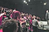 Rajko Grlić  (desno) u SVA teatru posle projekcije dok publika na nogama aplaudira