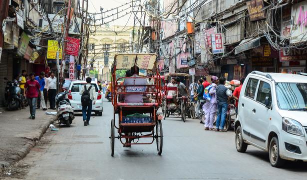 W Mahagun Moderne są niemal 3 tys. apartamentów, z czego dwie trzecie są zamieszkane. Takich osiedli w Noidzie i Gurgaonie, skąd w miarę szybko można się dostać metrem do Delhi, w ostatnich trzech dekadach powstało wiele. Mieszka tu nowa klasa średnia Indii, która pracuje w międzynarodowych i indyjskich korporacjach.