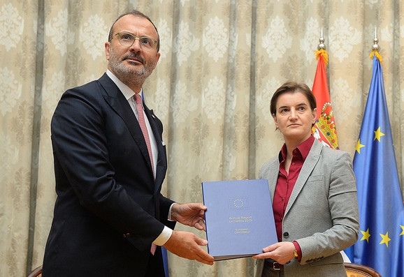 Šef delegacije EU u Srbiji Sem Fabrici uručuje izveštaj premijerki Srbije Ani Brnabić