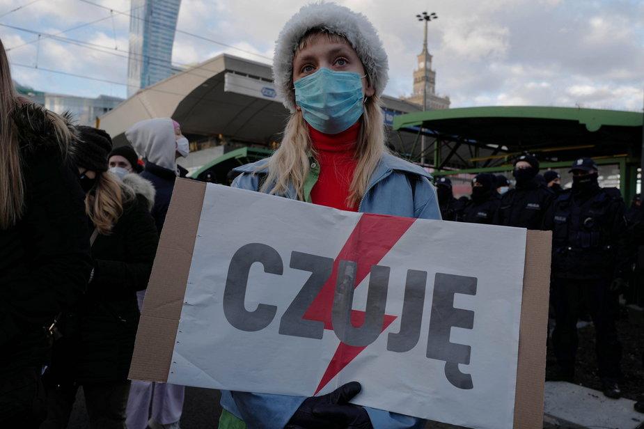 Demonstracja Ogólnopolskiego Strajku Kobiet na rondzie Dmowskiego w Warszawie
