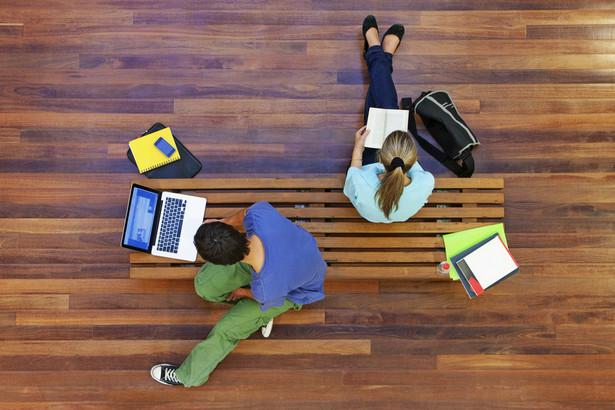 W Polsce coraz mniej opłaca się studiować. Premia za dyplom maleje