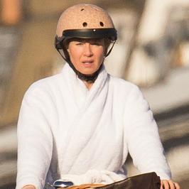 Renee Zellweger w szlafroku na rowerze