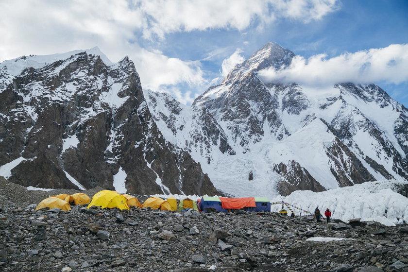 Andrzej Bargiel zjeżdża na nartach z K2