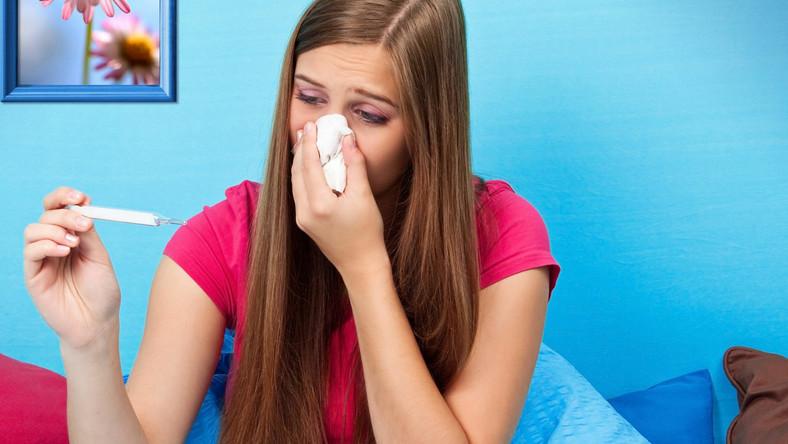 Grypa atakuje nagle i od razu daje ostre objawy w postaci bólu mięśni czy gorączki. Mogą one utrzymywać się nawet około tygodnia