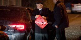 Jarosław Kaczyński odwiedził przyjaciółkę. Z jej domu wyszedł z prezentem