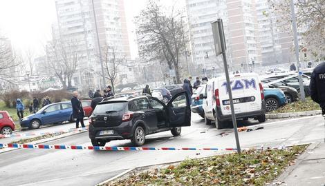 PUCNJAVA NA NOVOM BEOGRADU Muškarac izašao iz automobila, izrešetao ženu, pa nasred ulice pucao sebi u glavu (FOTO)